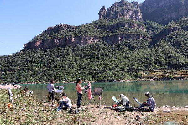 艺术设计系举办《走进太行山——色彩风景汇报展》